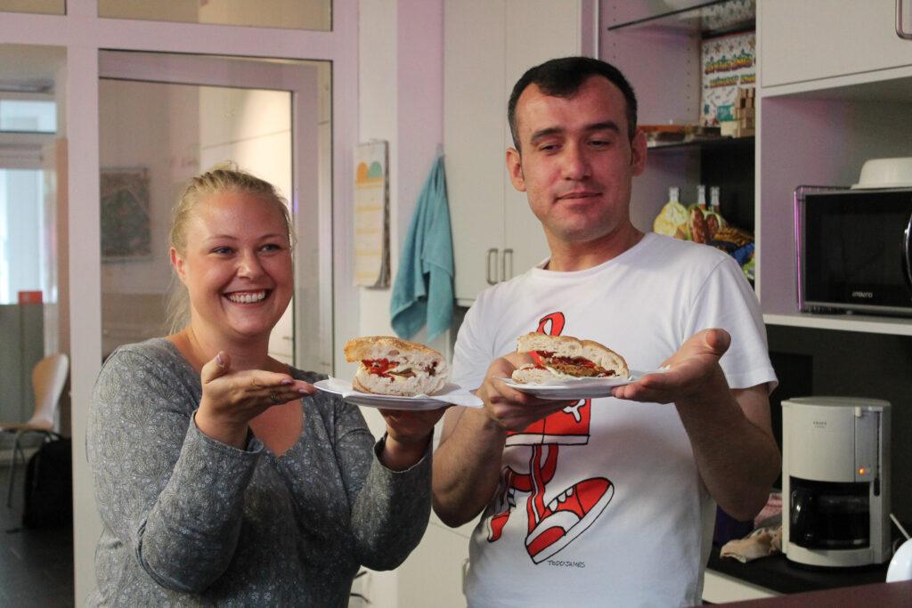 Jasmina Weinmann und das Team von St. Cassius mit dem heimlichen Star: der OT-Burger!
